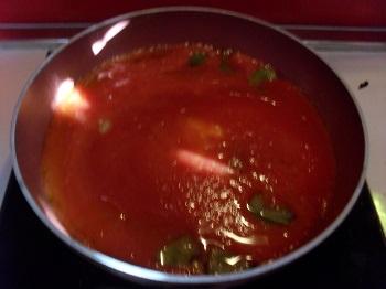 Penne all'arrabiata in versione Federico: aggiungo i pomodori e lascio cuocere a fiamma alta